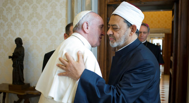 Pope Francis greets Sheikh Ahmed Mohamed el-Tayeb, Egyptian Imam of al-Azhar Mosque at the Vatican.