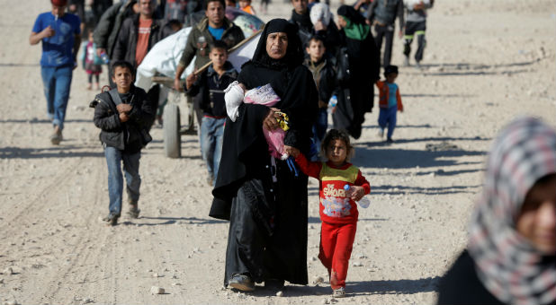 Civilians flee fighting between Iraqi forces and Islamic State fighters in Mosul