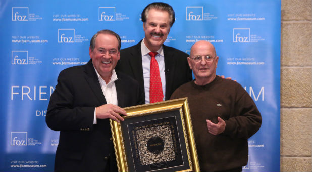 Mike Huckabee receives his Friends of Zion Award.