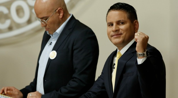Fabricio Alvarado (R), presidential candidate of the National Restoration party (PRN), gestures next to fellow candidate Edgardo Araya.