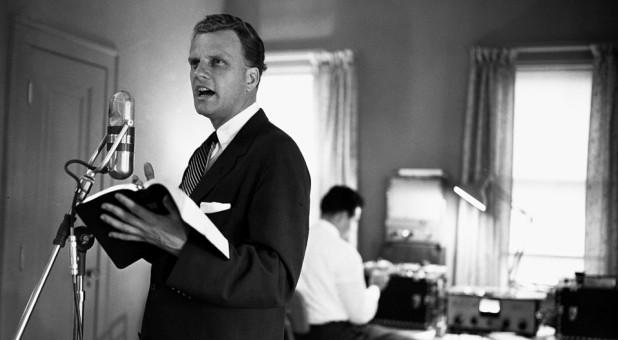 Who Will Pick Up Billy Graham's Intercessory Prayer Mantle