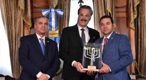 Guatemala's evangelical President Morales accepted the Friends of Zion Award in the Presidential Palace from Friends of Zion founder Dr. Mike Evans for his historic decision to move the Guatemalan Embassy to Jerusalem.