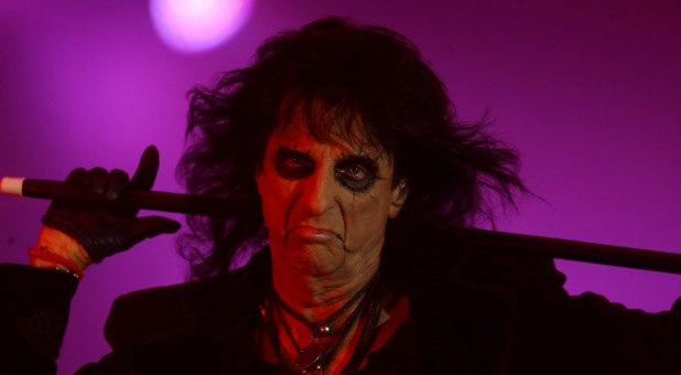 the near death experience that brought rocker alice cooper back to church charisma news. Black Bedroom Furniture Sets. Home Design Ideas