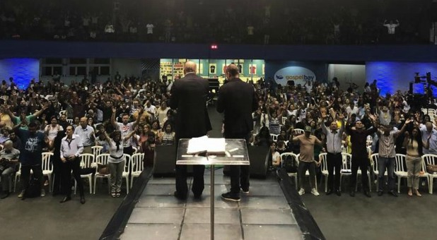 Spirit-empowered leaders joined with 2000 pastors in Sao Paulo last Saturday, a unity of global faith during 2018's #E21Brasil. During worship, pastors united in extended prayer, a powerful moment that filled Brasil with Spirit-empowered praise & thankfulness.