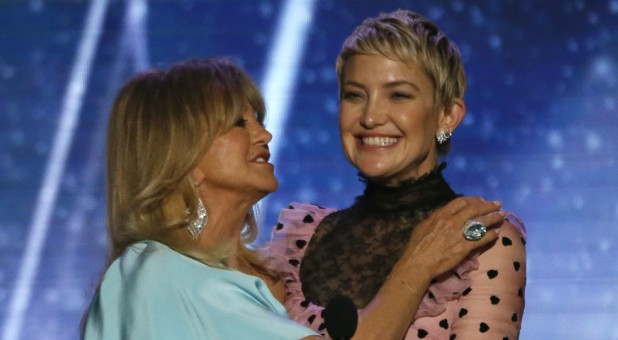Kate Hudson, right, with her mom, Goldie Hawn.