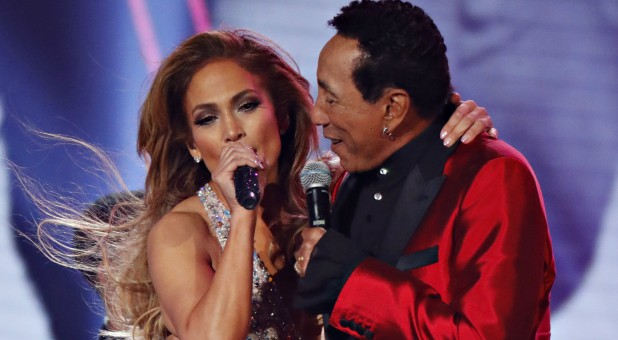 Jennifer Lopez performs with Smokey Robinson