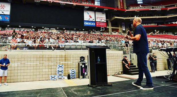 Greg Laurie speaks with volunteers for Harvest America.